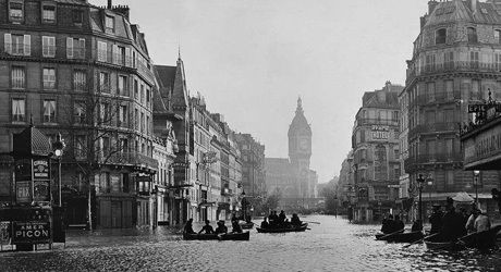 La crue de la Seine à Paris en 1910, en second plan la gare de Lyon