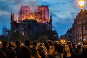 L'incendie de Notre Dame de Paris:  Le chantier de reconstruction suscite une émotion mondiale, un flot de dons et une vague d'initiatives en faveur de la formation d'apprentis du bâtiment.